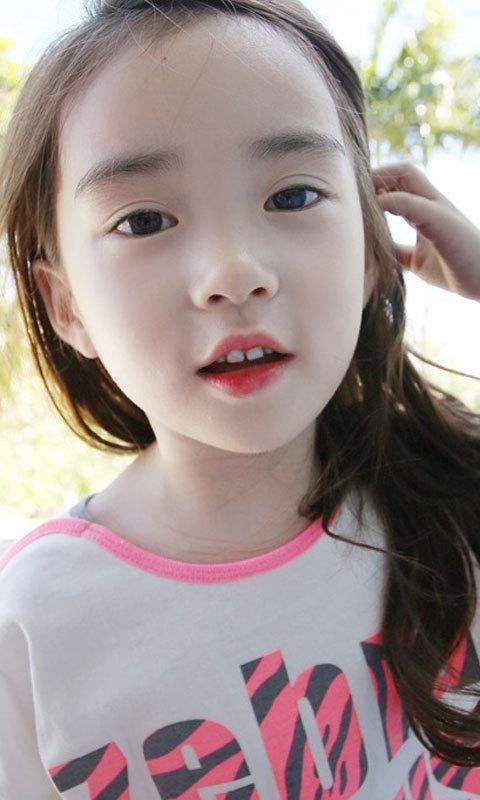 该动态壁纸收集了多张漂亮的可爱小女孩高清壁纸